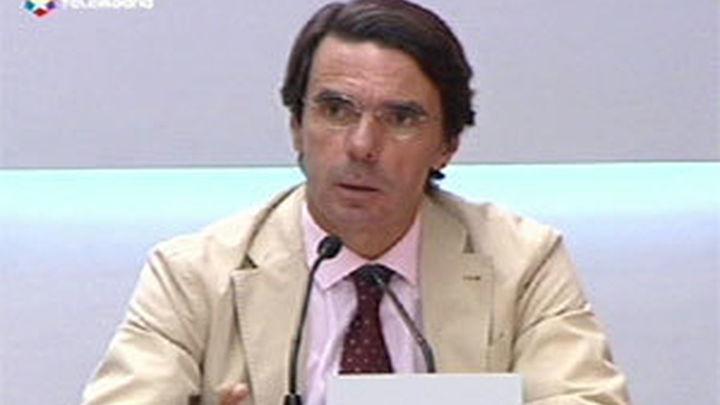 """Aznar culpa a Zapatero del """"lío"""" del Estatuto, CiU advierte que puede dejarle caer"""
