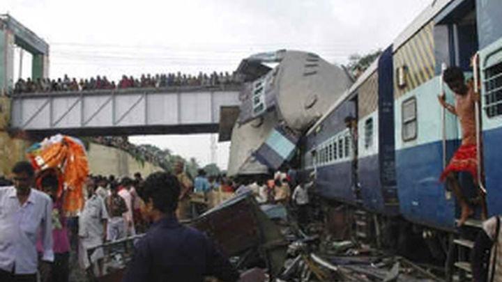 Al menos 60 muertos y 150 heridos por choque de trenes en la India