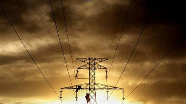 El coste de la electricidad baja y facilita congelar la tarifa en enero