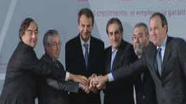 Gobierno, sindicatos y empresarios firman en La Moncloa el pacto social frente a la crisis