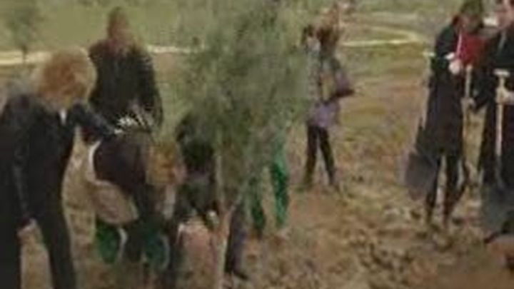 Aguirre planta el último árbol de Bosquesur, el pulmón verde del sur de la Comunidad