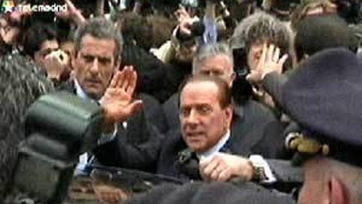 Berlusconi reaparece en un mitin y sufre una aparatosa caída