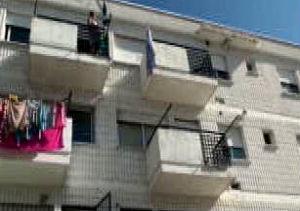 Una niña de 12 años y los padres, investigados por la caída mortal de un menor desde un tercer piso