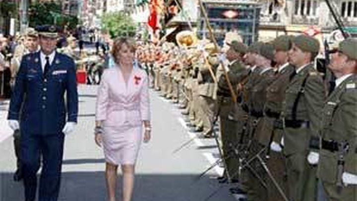 Aguirre preside parada militar y recibe honores de ordenanza por primera vez