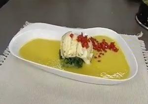 Merluza con maíz y espinacas al wok y conejo en salsa