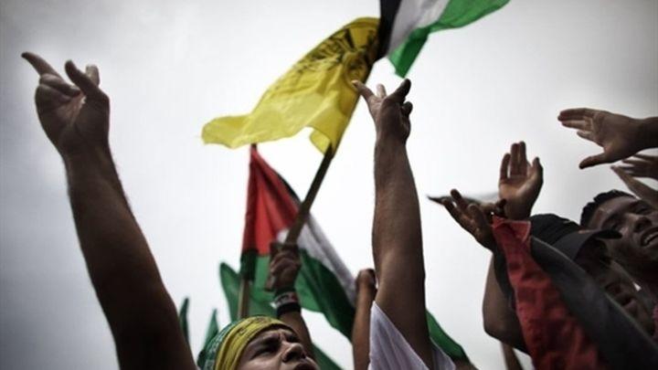 La bandera de Al Fatah ondea junto a la de Hamás en Gaza en su reconciliación