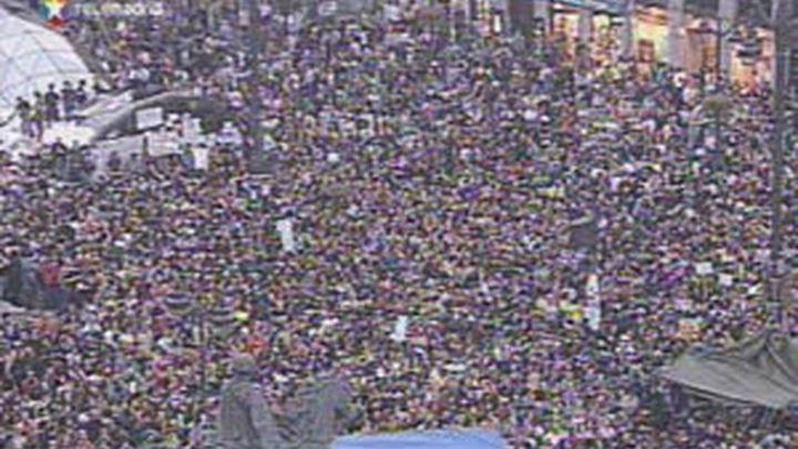 """Miles de jóvenes vuelven a concentrarse en la Puerta del Sol al grito de """"No pasarán"""""""