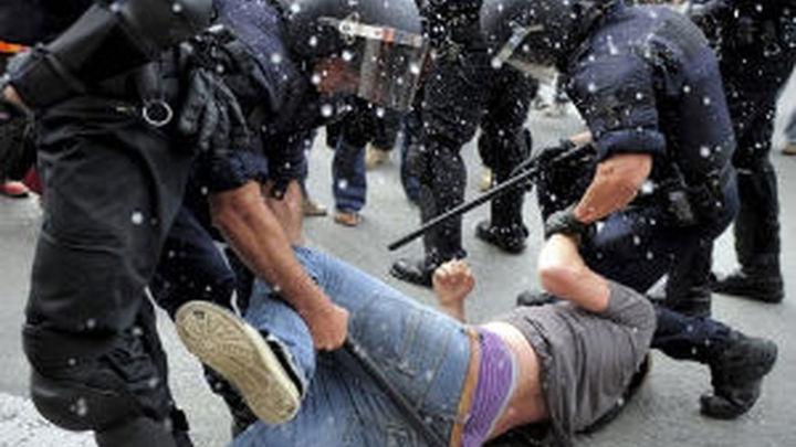 """Los """"indignados"""" vuelven a la Plaza de Cataluña tras la batalla campal que dejó 121 heridos"""