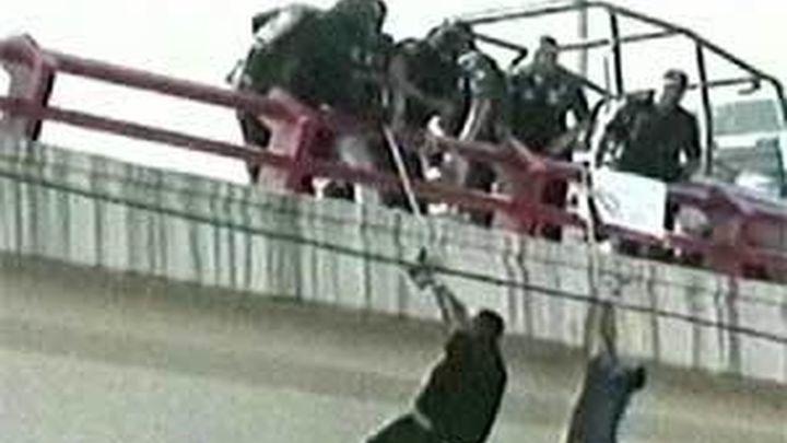 Sicarios mexicanos cuelgan a un hombre herido y a un cadáver de un puente en Monterrey