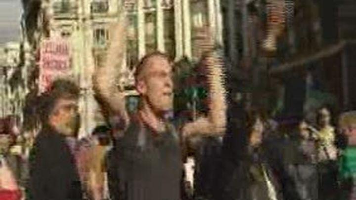 """Un millar de """"indignados"""" protestan frente al Congreso en contra de las reformas laborales"""