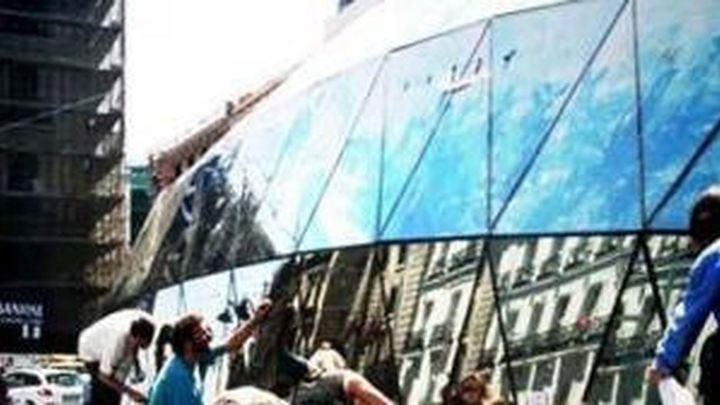 Los indignados del 15-M se retiran y limpian la Puerta del Sol