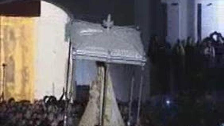 Suspendida la procesión de la Virgen del Rocío al romperse un varal del paso