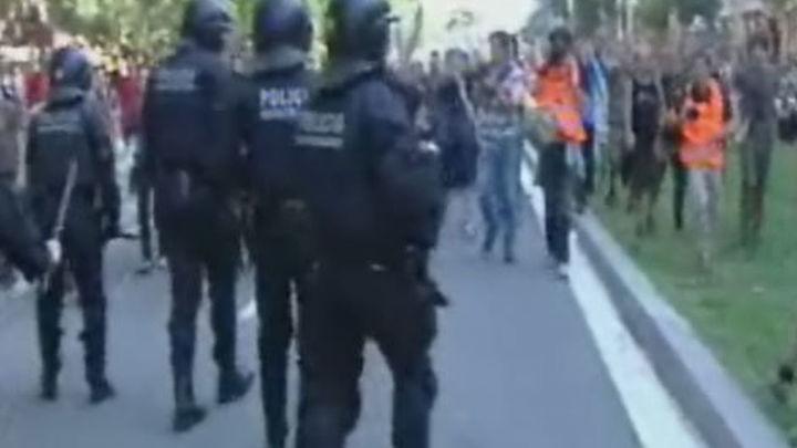 Los 'indignados' insultan, acosan y zarandean a los diputados a la entrada del Parlamento catalán