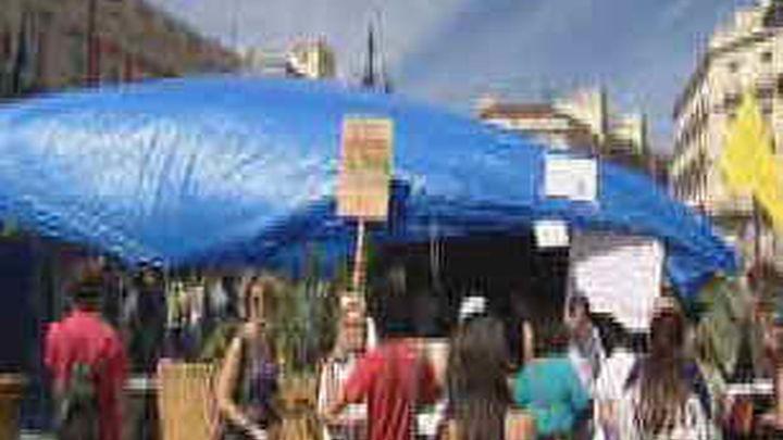 La policía impide que el 15-M reconstruya el punto de información en Sol