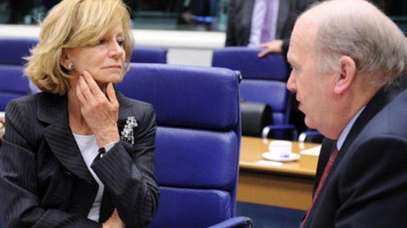 Elena Salgado habla con su homólogo irlandés en una cumbre del Ecofin