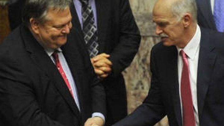 Papandréu pasa la primera prueba de fuego apoyado por su grupo parlamentario
