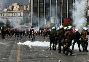 Grecia vota el crucial paquete de ajuste para evitar la quiebra, con enfrentamientos en la calle