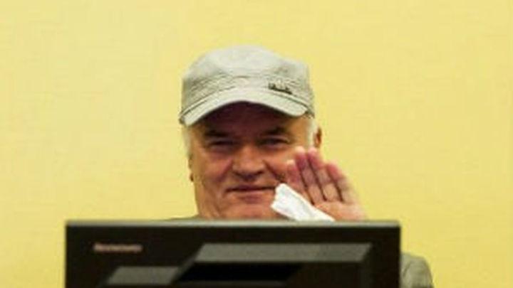 El juez expulsa a Mladic de la sala del juicio por encararse con las madres de Srebrenica