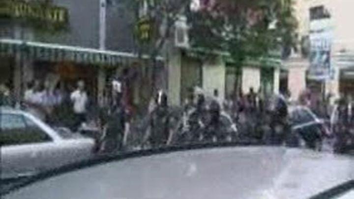 Vecinos de Lavapiés se enfrentan a la policía que iba a detener a un inmigrante indocumentado