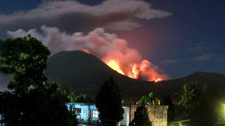 Miles de personas huyen tras la erupción  del volcán Lokon en Indonesia