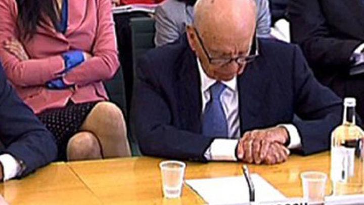 Presentan cargos contra el hombre que intentó agredir a Murdoch