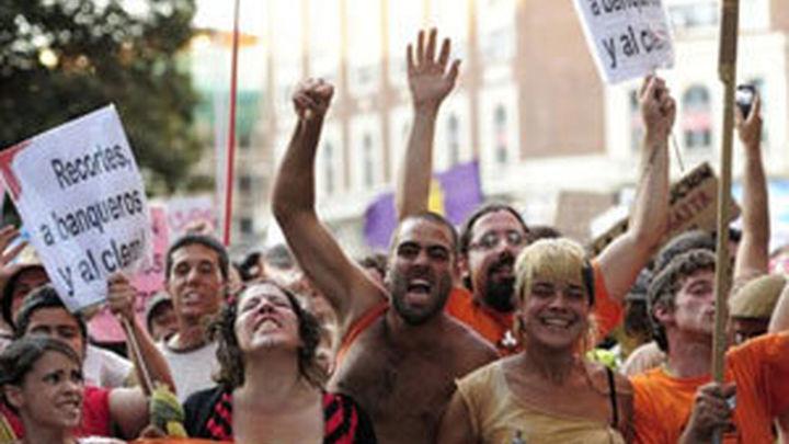 Miles de 'indignados' con el sistema y la crisis  recorren el centro de Madrid hasta la Puerta del Sol