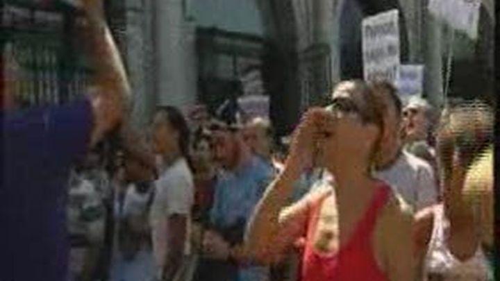 Un centenar de indignados colapsa Sol, cierra el metro y corta la Gran Vía