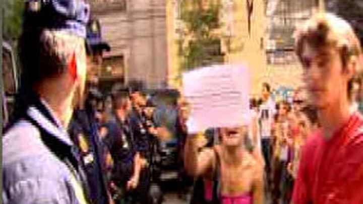 La Acampada Sol pide la dimisión de Camacho y Carrión y  anuncia denuncias por la carga policial