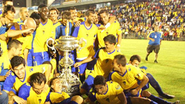 El Cádiz gana al Málaga y se lleva su trofeo