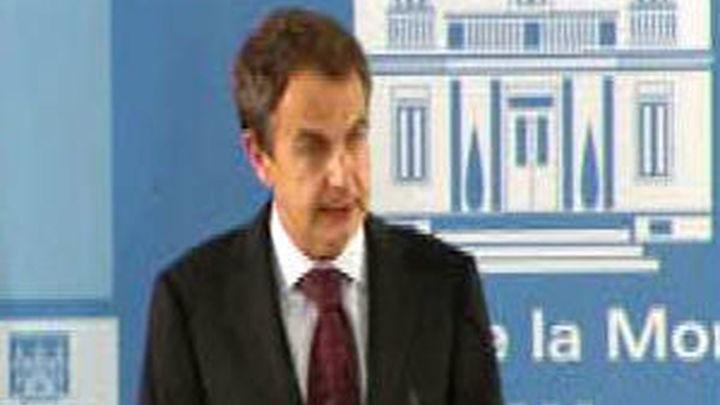 Zapatero se mantiene en contacto con su equipo por las medidas que se aprobarán el viernes