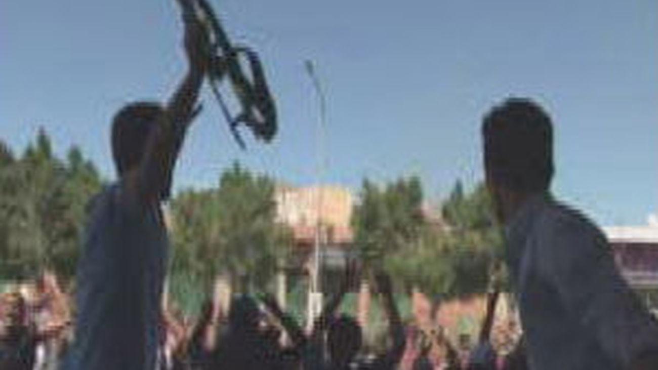 Los rebeldes afianzan su control en torno Trípoli mientras Gadafi contraataca con misiles Scud