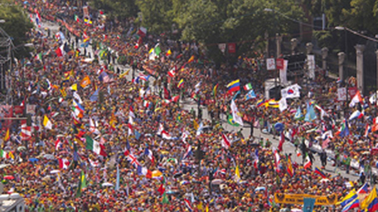 Una multitud acompaña al Via Crucis