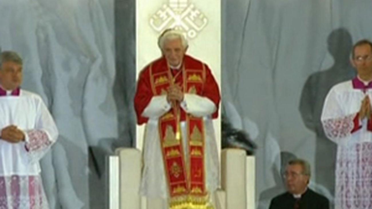 Dos peregrinos dan la bienvenida al Papa