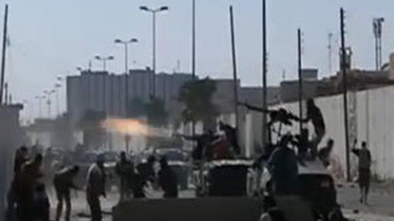 Los rebeldes controlan la residencia de Gadafi donde ondea ya la nueva bandera