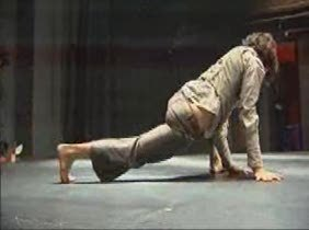 Un contorsionista del Circo del Sol exhibe sus dotes en la Triángulo