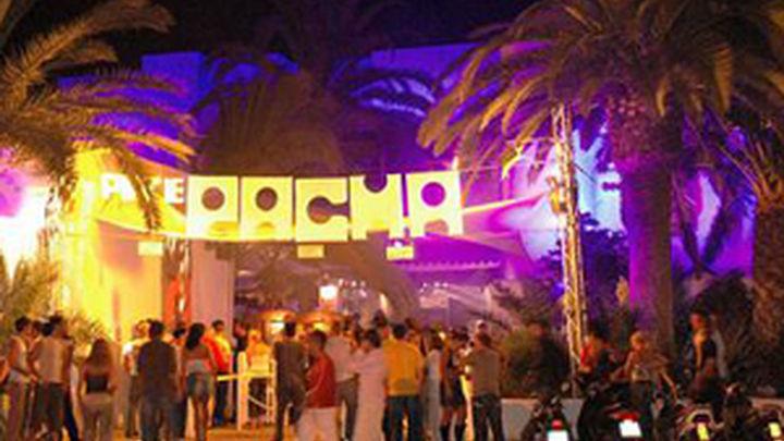 Un hombre dispara con una pistola delante de la discoteca Pachá de Ibiza