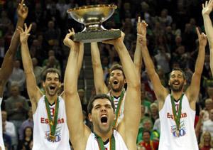 Felipe Reyes levanta la copa de campeones del Eurobasket 2011