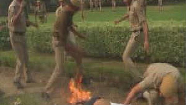 Un exiliado tibetano intenta quemarse a lo bonzo ante la embajada china en India
