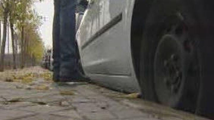 Se busca a un conductor que secuestró  a una mujer en Barajas y la encerró en el maletero
