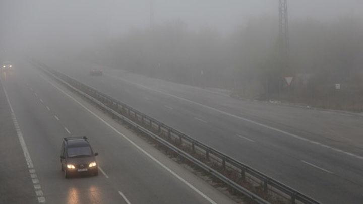 La niebla y varios accidentes complican el tráfico a primera hora