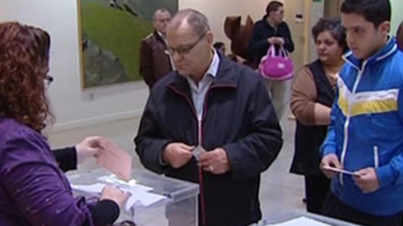 Gente votando en los colegios