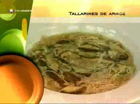 Tallarines de arroz con sopa de setas