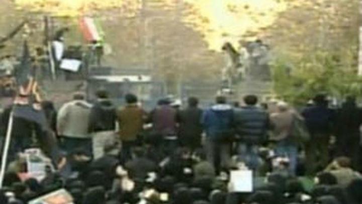 La Policía iraní desaloja la embajada británica tras tres asaltos de estudiantes islámicos