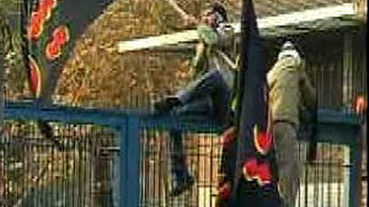 El Reino Unido retira a parte de su personal diplomático en Irán tras el asalto a su embajada