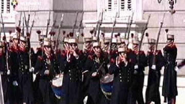 Los príncipes presiden por primera vez el relevo de la Guardia Real en Madrid