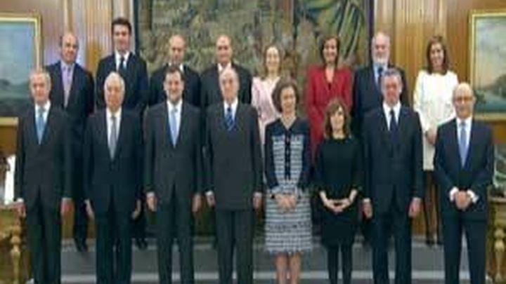 Los trece ministros del primer Gobierno de Rajoy juran sus cargos ante el rey