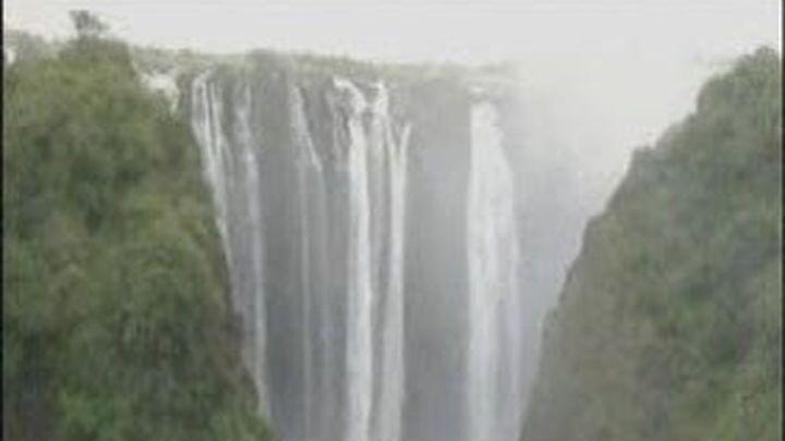 El ministro de Turismo de Zambia hace puenting en las cataratas victorias
