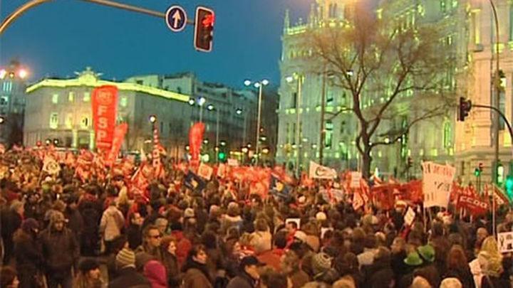 """Empleados públicos protestan en Madrid contra los """"recortes"""" del gobierno regional"""