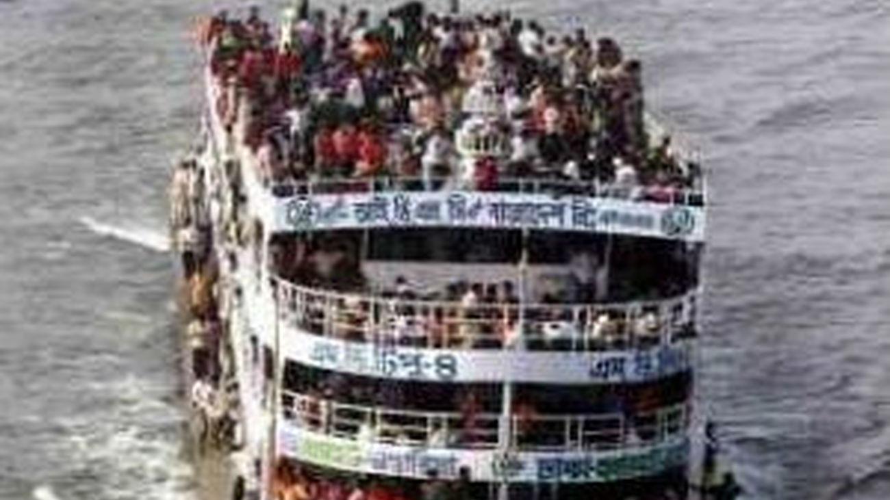 Más de 100 desaparecidos tras hundirse un barco en Bangladesh