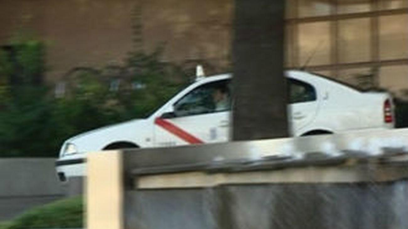 Taxistas de la T1 devuelven un maletín con dinero olvidado a una pareja de ancianos